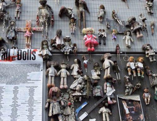 Il muro di bambole